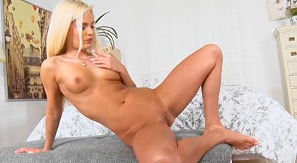 Primera escena porno de Candy Licious con buen creampie final