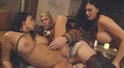Juego de Tronos porno con Anissa Kate y Jasmine Jae satisfaciendo al Rey en un trío