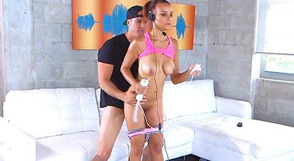 Primera escena porno de Raven Redmond follando mientras practica deporte
