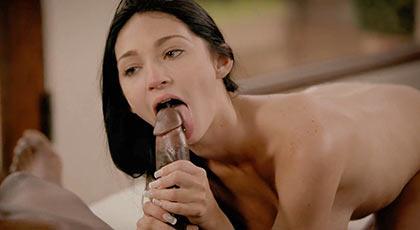Llega Crystal Rae y lo hace con un v�deo porno interracial con creampie final