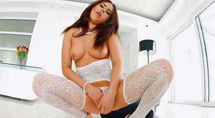 Nikki Waine goza en un tr�o con doble penetraci�n y anal