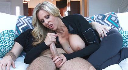 Mamá caliente Julia Ann seduce al amigo de su hijo