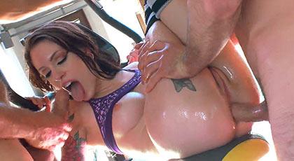 Todos los agujeros de Anna De Ville son v�lidos para dar mucho placer a dos hombres a la vez