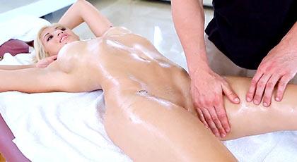 Cristi Ann una de las jovencitas m�s calientes y deseadas de las reci�n llegadas a la pornograf�a, esta vez con un masaje de partes �ntimas que la pone a tono