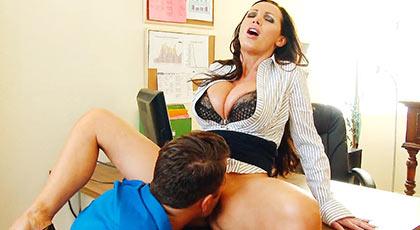 Nikki Benz da la bienvenida a un nuevo empleado de la emrpesa y lo hace con su maduro cuerpo escultural todo para el