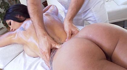 Los masajes a Peta Jensen siempre terminan con corridas apoteósicas