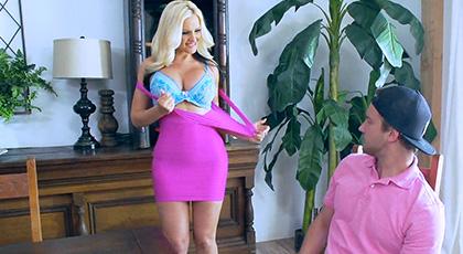 Alena Croft quiere asegurarse de que su hijastro tiene lo que debe tener para darle placer, una polla dura y gruesa
