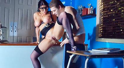 La profesora Romi Rain expone a sus alumnos una peli de arte sexual tan excitante que la lleva a follar en plena clase