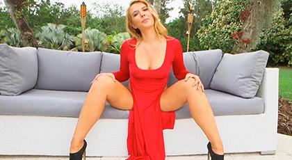 Vas a flipar con el culazo que se esconde bajo ese vestido rojo, el de Shauna Skye