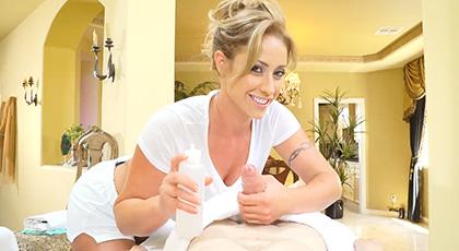 Eva Notty la masajista,  tiene buenos planes para su nuevo y joven cliente