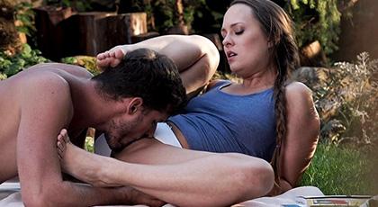 Blue Angel y su novio juegan con sus pies en un día de picnic
