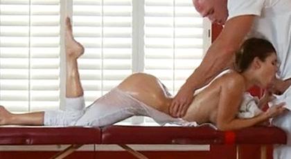 El exótico masaje de la curvilínea Jenni Lee
