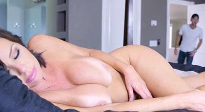 Se masturba viendo a la mamá de su amigo desnuda y acaban follando duro, ella es la insaciable Veronica Avluv