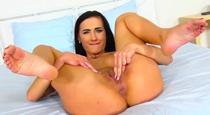 Nicole Love abre bien su culo para ser penetrada sin piedad