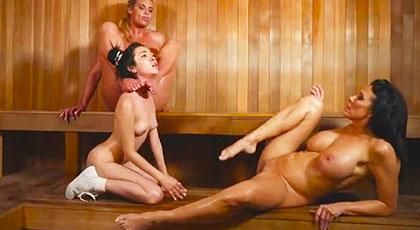 Phoenix Marie y Reagan Foxx se follan a la jovencita Kiley Jay en la sauna