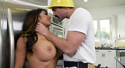 Raven Hart, madurita tetona quiere el rabo duro del constructor