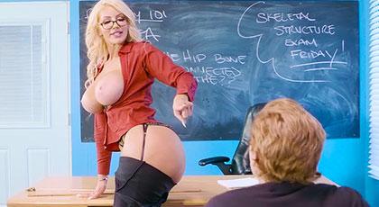 Profesora madura muy viciosa quiere la polla de su alumno