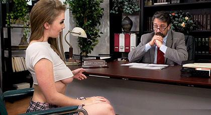 Colegiala atrevida seduce al director para aprobar con nota