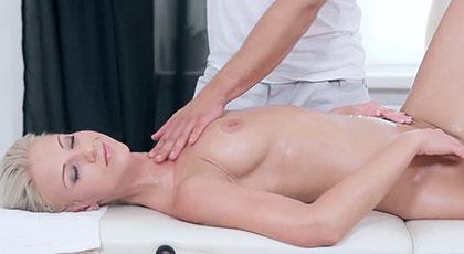 Relajada en el masajista se deja llevar y acaba follando