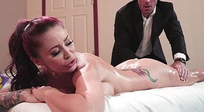 Masajeando y follando el cuerpo perfecto tatuado de Monique
