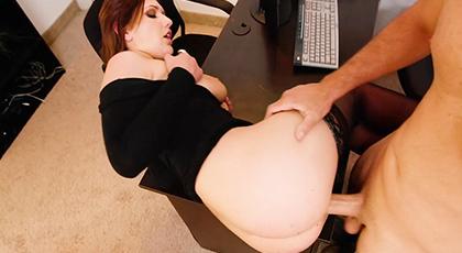 Mi secretaria y yo follamos en mi mesa
