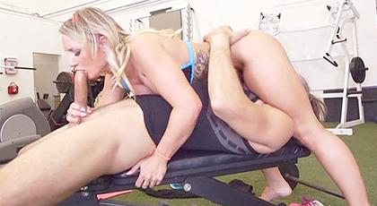 La monitora más puta del gimnasio folla duro con sus clientes