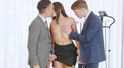 Trío anal de una ejecutiva con sus compañeros