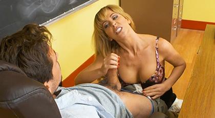 Mi profesora madura me asalta en clase