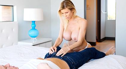 Madre madura seductora consigue follar con el amigo de su hijo