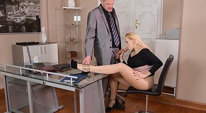 Porno con la secretaria y corrida en sus pies
