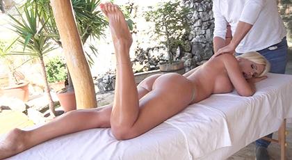 Las seductoras manos del masajista seducen a una potente rubia