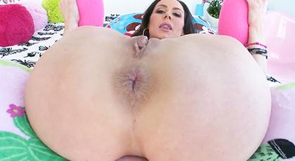 Penetrando duro el culo de una morena madura que adora el anal