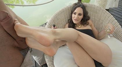Morena adora follar con los pies y por el culo