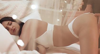 Porno sensual entre sábanas blancas