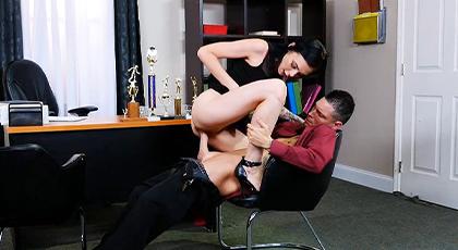 Sexo duro en la oficina con la joven secretaria