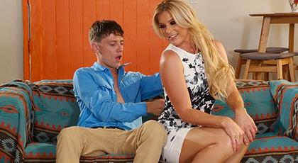 Madura seduciendo al hijo de su mejor amiga