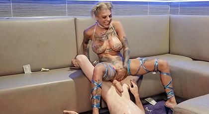 Sexo duro con una rubia totalmente tatuada