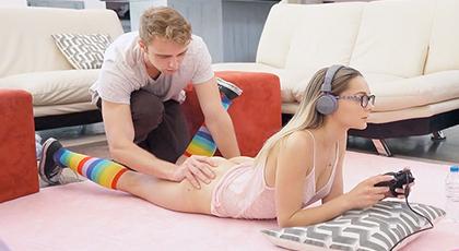Follando a su novia mientras juega a la consola
