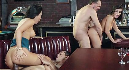 Cuarteto con dos camareras