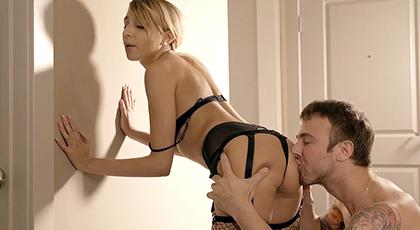 Follando a su mujer con lencería erótica  en el pasillo de casa
