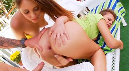 Penetrando los apretados culos de dos jovencitas