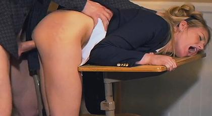 Profesor se corre en el coño de una alumna