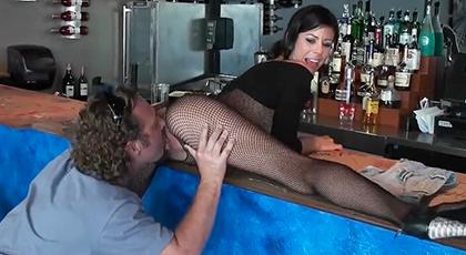 Follando con la camarera del bar