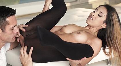 Rompiendo las mallas y follando el coño de una sensual joven