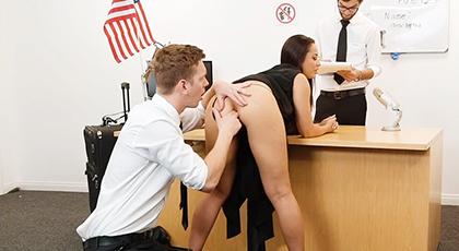 Un trío porno muy caliente con la secretaria