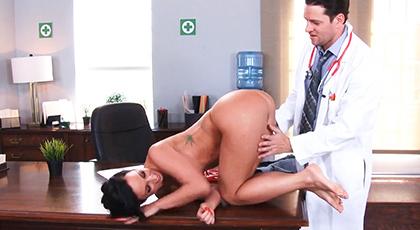 Milf explorada a fondo por el doctor
