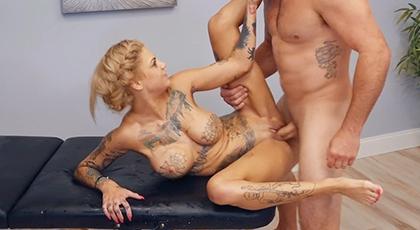 Sexo en el masajista con una tatuada