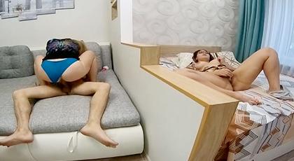 Videos amateur, pareja folla delante de su compañera de piso