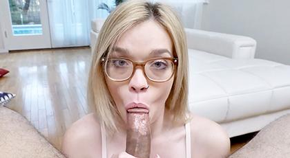La chica de las gafitas sabe hacer grandes mamadas