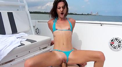 Sexo anal con chica en bikini en el barco